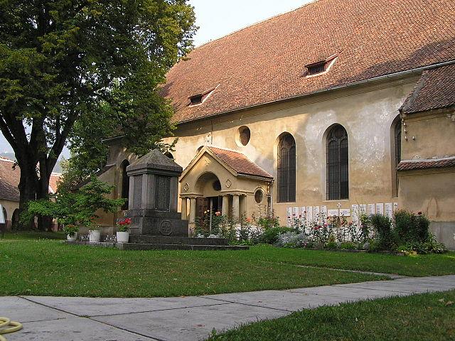 640px-Kirchenburghof_Zeiden.JPG