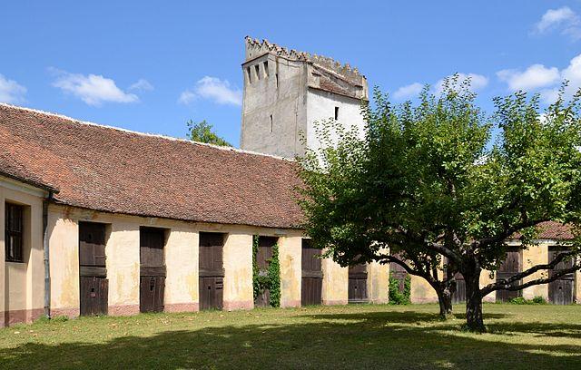 Fortified_church_in_Codlea_(Feketehalom,_Zeiden).jpg