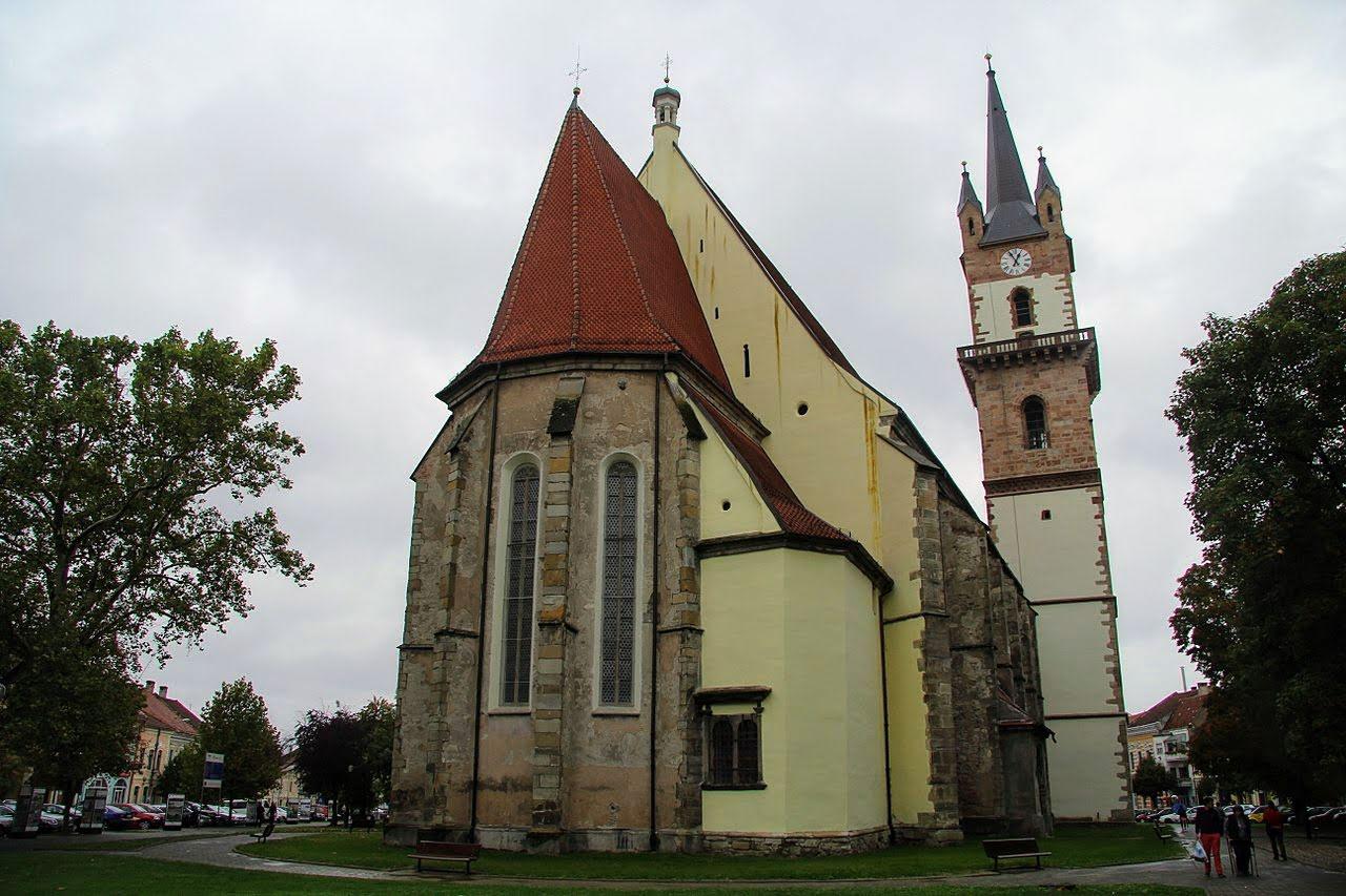 1280px-Evangelische_Kirche_von_Bistritz;_Chorseite.jpg