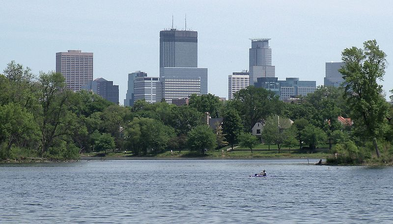 800px-Minneapolis_and_Lake_of_the_Isles_5.jpg