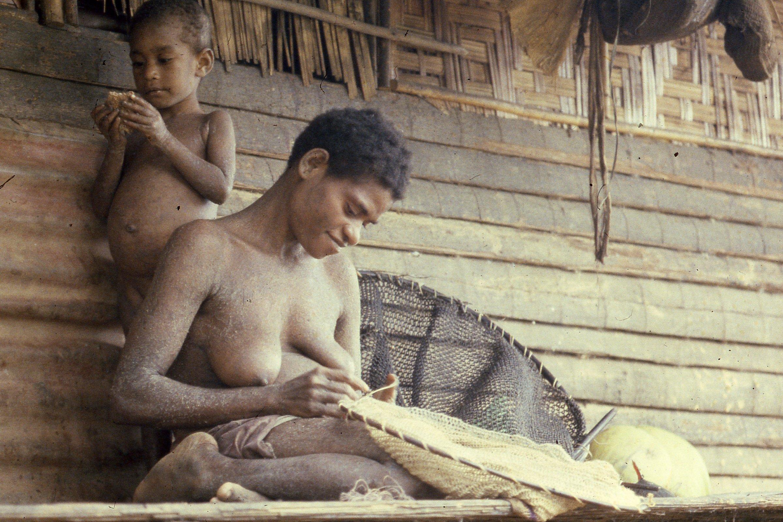Abau woman making fishnet, Wagu, 1982 (Photo M.MacKenzie).