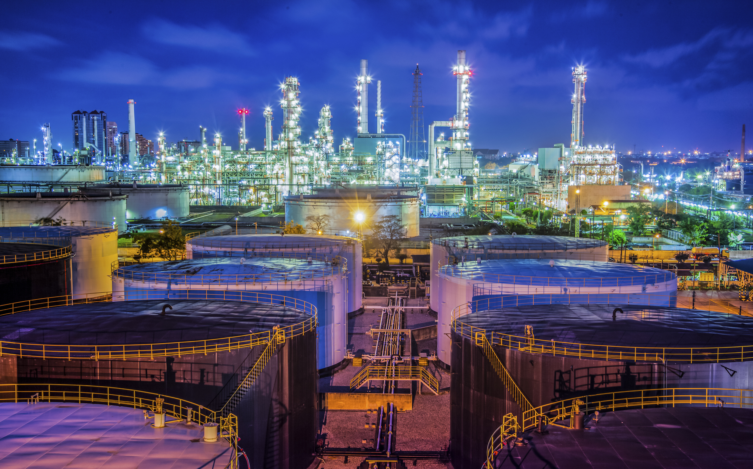 Refinery_and_Tanks_at_night.jpg