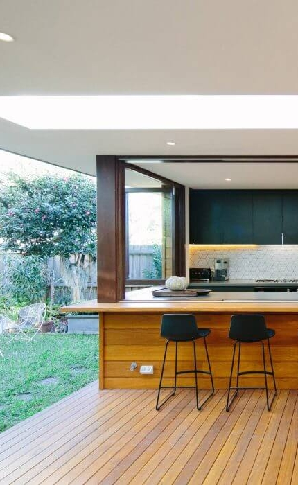 indoor / outdoor kitchen   courtyard house in Sydney | Photography by Ann-Louise Buck | designed by  Davis Architects