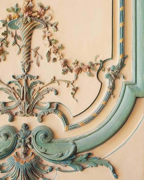 door_detail_in_the_palace_of_Versailles.jpg