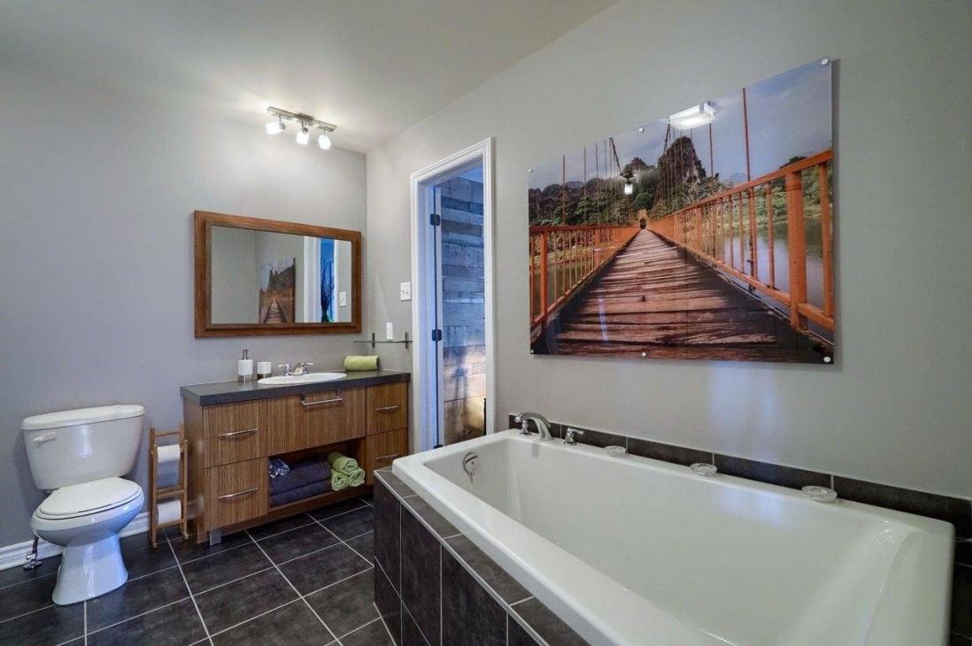 large-bath-condo-8125-rue-de-londres-brossard-qc.jpg