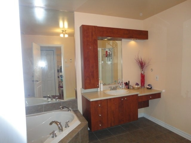 large-bath-bathroom-4545-av-Colomb-Brossard-qc.jpg