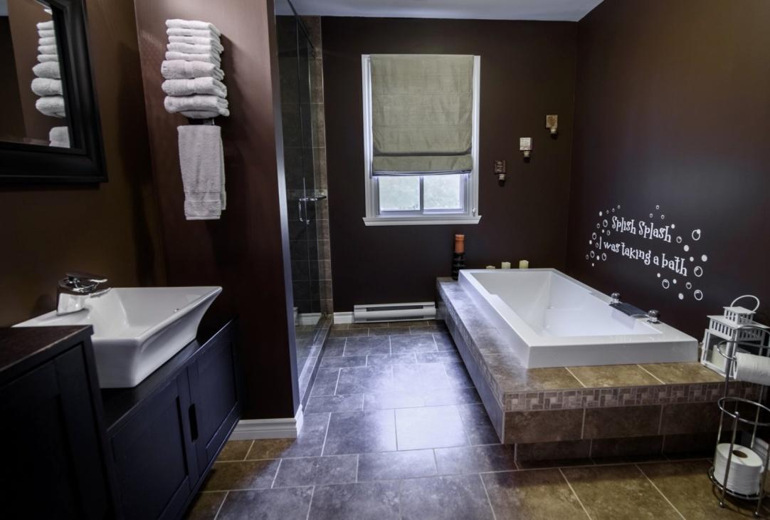 amazing-bathroom-large-bathtub-585-Rue-Doris-Greenfield-Park-qc.jpg