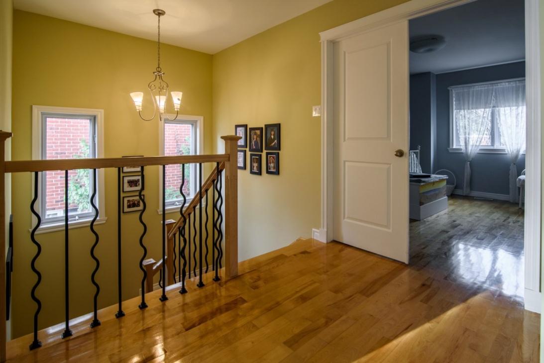 upstairs-hallway-585-Rue-Doris-Greenfield-Park-qc.jpg