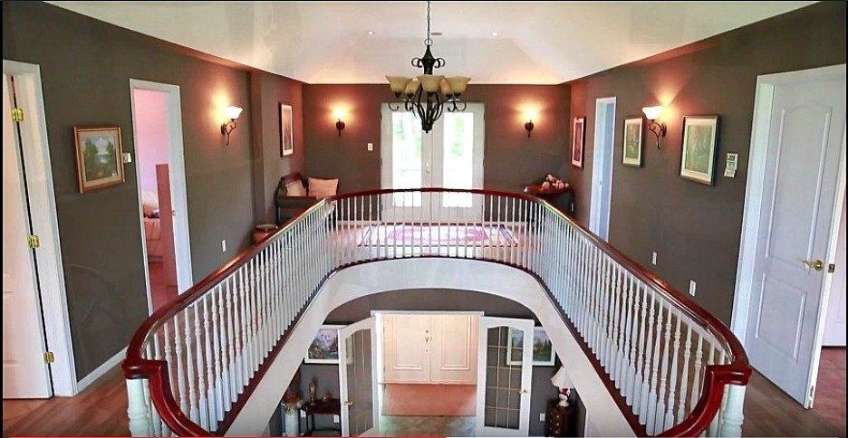 upstairs-view-ramp-hallway-beautiful-158-Mtee-Stevenson-Havelock-qc.jpg