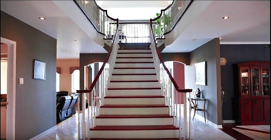 grand-entrance-stairs-158-Mtee-Stevenson-Havelock-qc.jpg