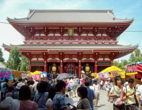 The Hōzōmon, or treasure house gate, leading to the Sensō-ji
