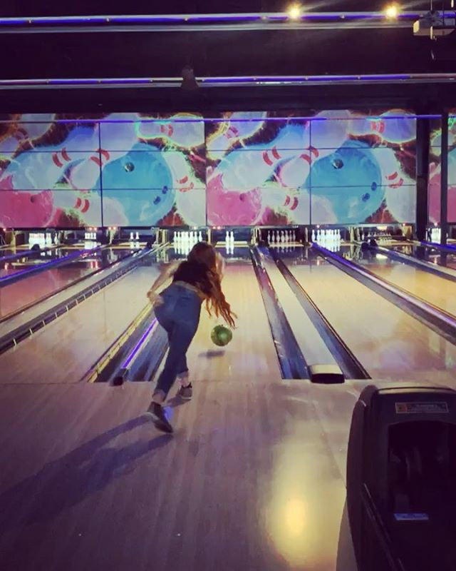 I do so much exploring when traveling, so it's fun to get out and treat Phoenix like any other place I visit.. Hike on trails I've never been on, go to cool events, and check out new places! Enjoyed time with family and escaped the heat bowling at @fatcatsgilbert this week! 🎳 I haven't been bowling in ages... We had so much fun!! 😁✨🥳
