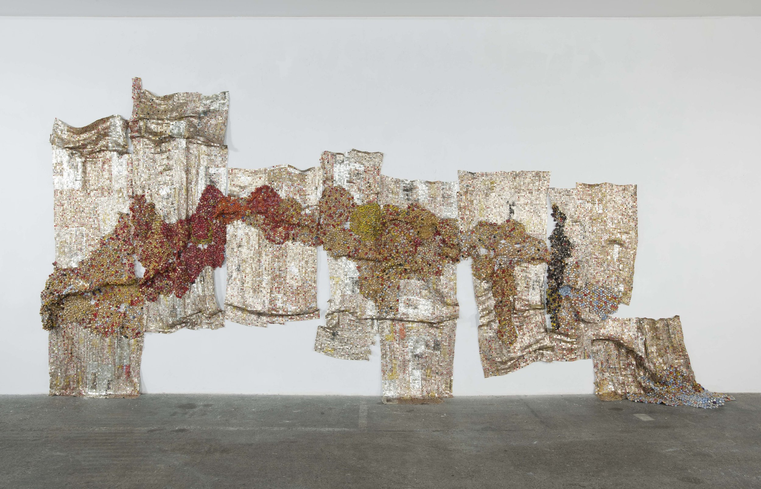 El Anatsui,  Drifting Continents , 2009. Aluminum and copper wire, approximately 118 x 394 inches, variable.  ©  El Anatsui. Courtesy of the artist and Jack Shainman Gallery, New York.