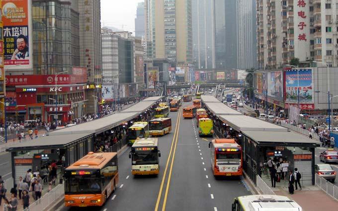 7.  公共交通    所有的新开发项目应在公交车站或轨道交 通车站500米辐射半径之内。整个城市至少 90%的开发项目应在公共交通站点800米辐 射半径之内。
