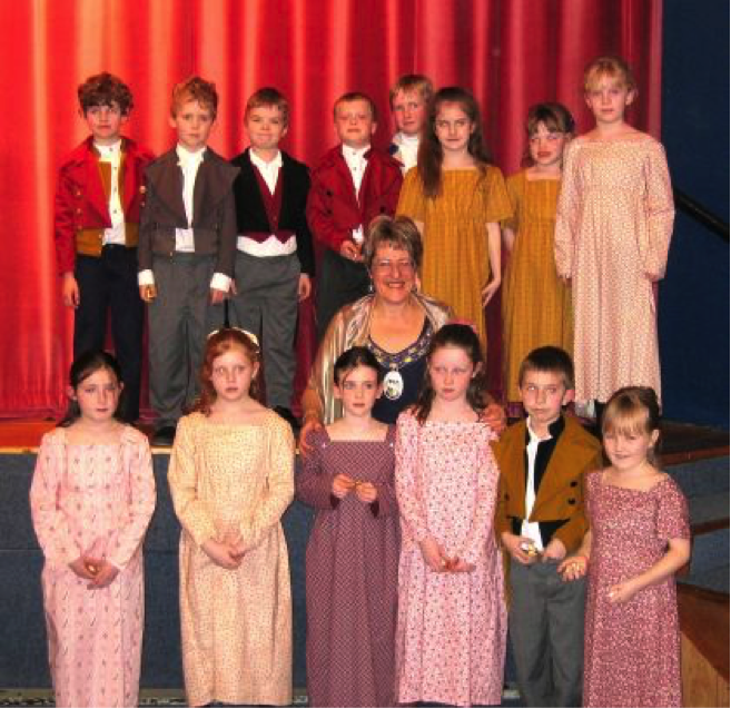 Pam (Pell) Jones, the Mayor of Alton, with the pupils of Chawton Primary School, 2004.  Credit: Pam Jones.