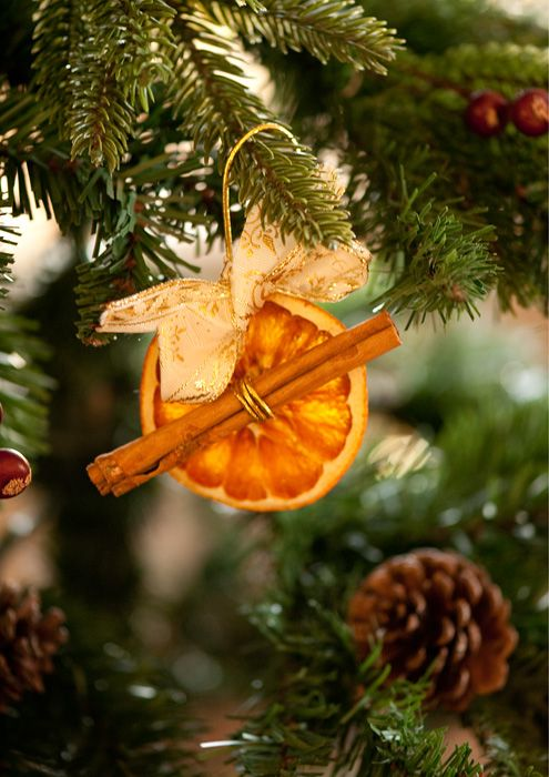 Can you already imagine the citrus smell of orange and cinnamon as it hangs on the tree? Scented decorations throughout the house are a great way to make your home smell amazing!   Source: snob.ru