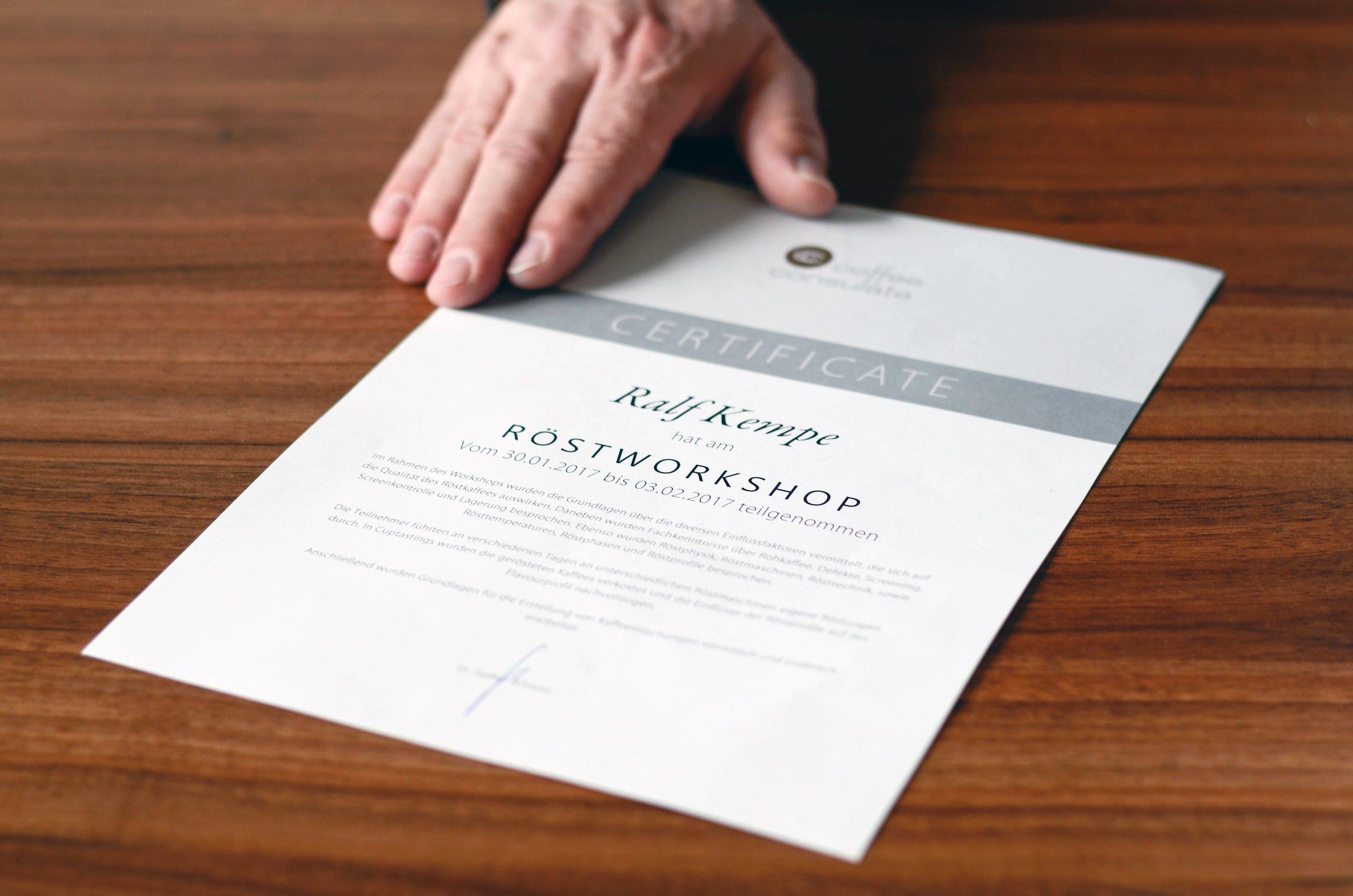 Die Urkunde. Foto: Marina Brockhoff für die © WEBER Packaging GmbH, 2017