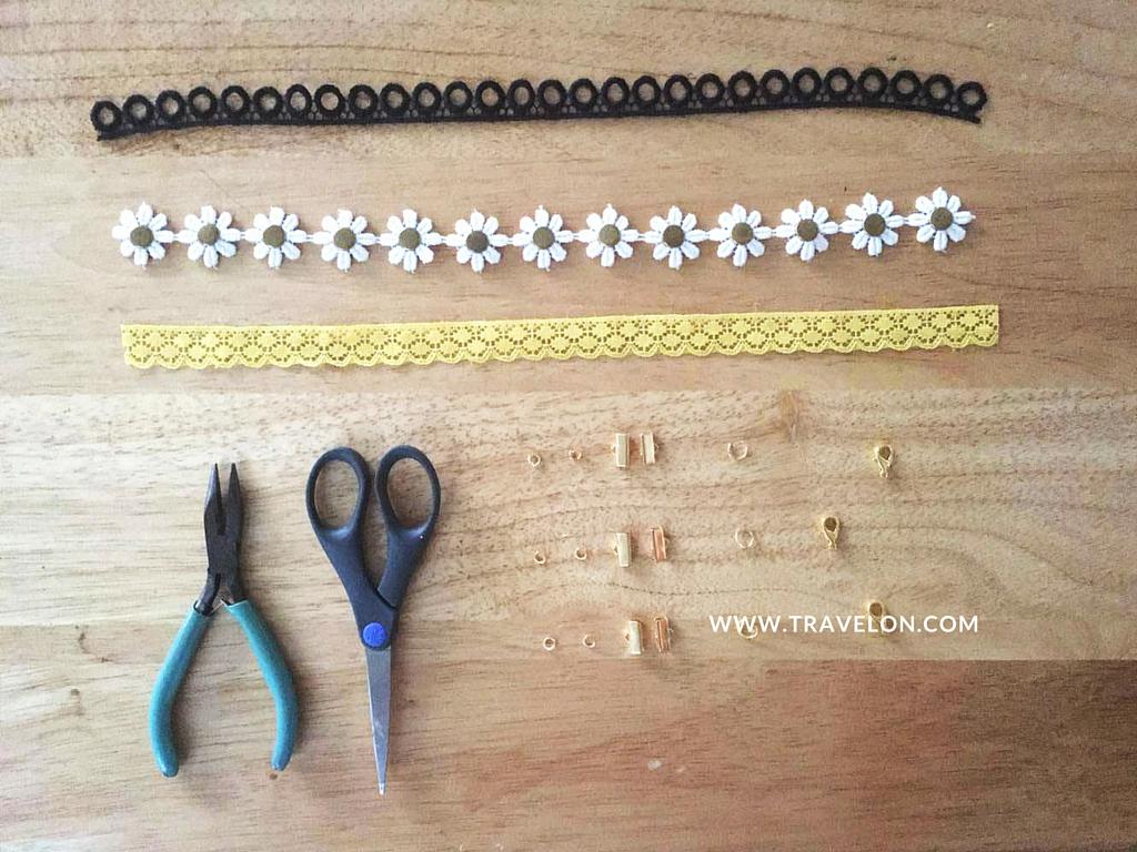 """Necesitas:  1.  Cinta de encaje o crochet  del largo de tu cuello (mis cintas son de 9 1/4"""")  2.  Pinzas   3.  Tijeras   4.  6 jump rings de 4mm   5.  1 par de """"ribbon ends """"  6.  1 jump ring de 7mm   7.  1 broche """"Lobter Claw"""" de 12mm"""
