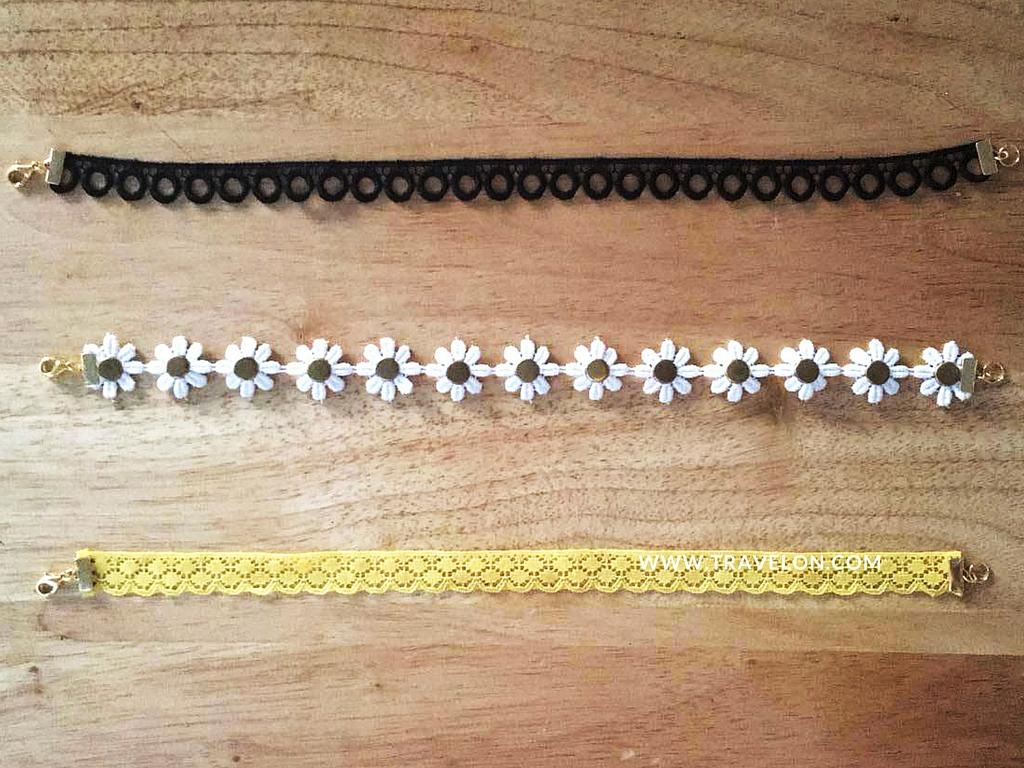 """Paso 1 - Mide la cinta con tu cuello. Corta con la tijera donde marcastes.  Paso 2 - Dobla una de las puntas de la cinta apróximadamente 1/8"""" o del tamaño del """"ribbon end"""". Sujeta bien y cubre con el """"ribbon end"""" y con la pinza asegura bien, sobre todo las esquinas. Este doblez se hace para que la cinta no se salga del """"ribbon end"""". Repite en el otro lado.  Paso 3 - Con la pinza asegura el jumpr ring gande de uno de los lados. Ahora, asegura el jump ring pequeño con el """"lobster claw"""" en el otro lado de la cinta."""