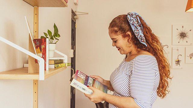 #NationalReadaBookDay 📚  Todavía estoy leyendo el de #BeautyMyth, pero quiero ir creciendo esa lista. Obligarme a volver a tener esa práctica. Las redes y el blog me han alejado un poco de los libros. Usualmente todo lo leo ahora online, pero extraño tener un libro en mi mano. ¿Cómo prefieres leer? ¿Con un libro físico o un ebook? Cuéntame 🤔👇 #readbooks #booklover #readingisselfcare #readingispower #readingisknowledge  #booksarelife #bookgeek #thefeelofabookinmyhands 📸 @traveleira