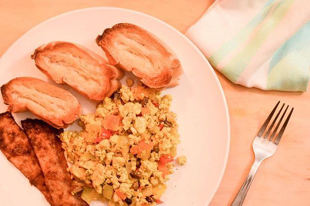 ¿Te enteraste? 👀 ¡La receta completa de #RevoltillodeTofu está en el blog! 😋🙌💚 Enlace en la bio. 📲 ¡Buen provecho! #veganeatspr #veganbreakfast #desayunovegano #desayunoveganofácil #easyveganbreakfast #tofuscramble #egglessrecipe #egglessbreakfast #planoly #thecurvyedit 📸 @blank_notebook