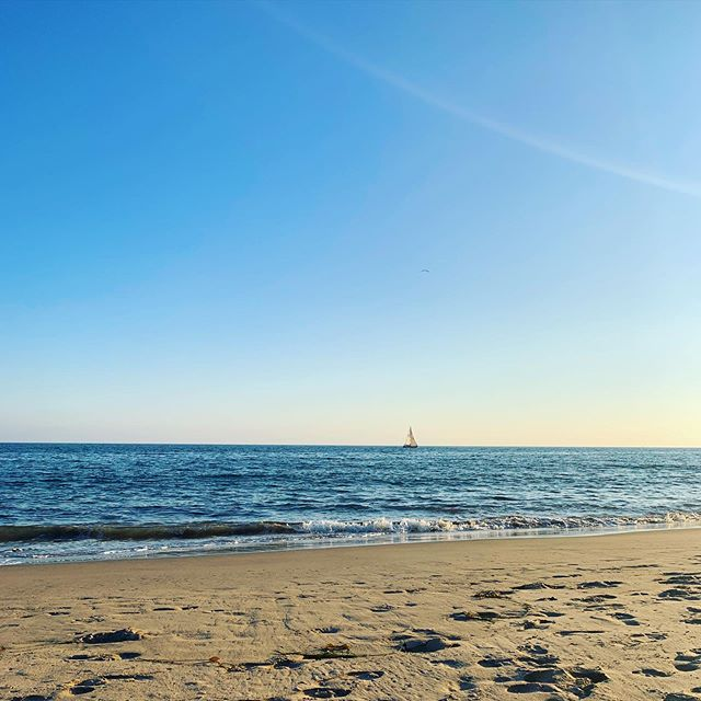 Happy Fri-YAY🎉 Even though summer breezed on by, we can still have fun in the sun🏖 What are your favorite spots to visit in Santa Barbara?📍