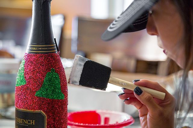 🔔Do you hear those jingle bells?🎄The holidays are slowly approaching👣What better way to celebrate than wine and glitter✨Pick up a handcrafted sparkling bottle today for just $10 more🍾