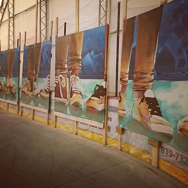 Portraits de Pieds de citoyens de @munlacorne réalisé en Abitibi! @korb_crazyapes a explosé les panneaux de béton léger avec sa murale de style #graffiti.  #graf #CA #line #graffiti #Korb #doseculture #crazyapes #mediationculturelle #participatif #citoyens #abitibi #MTN94 #sinoshop #feet #spraypaintart #arena #bombing