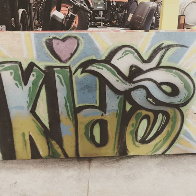 Quand @row_arts décide de former les #kiddos pour faire des #burner! À Waterloo avec l'école secondaire Wilfrid Laurier.  #graffiti #graff #burner #kids #kiddos #MTN94 #montanacolors #bomb #collectif #art #teacher #next