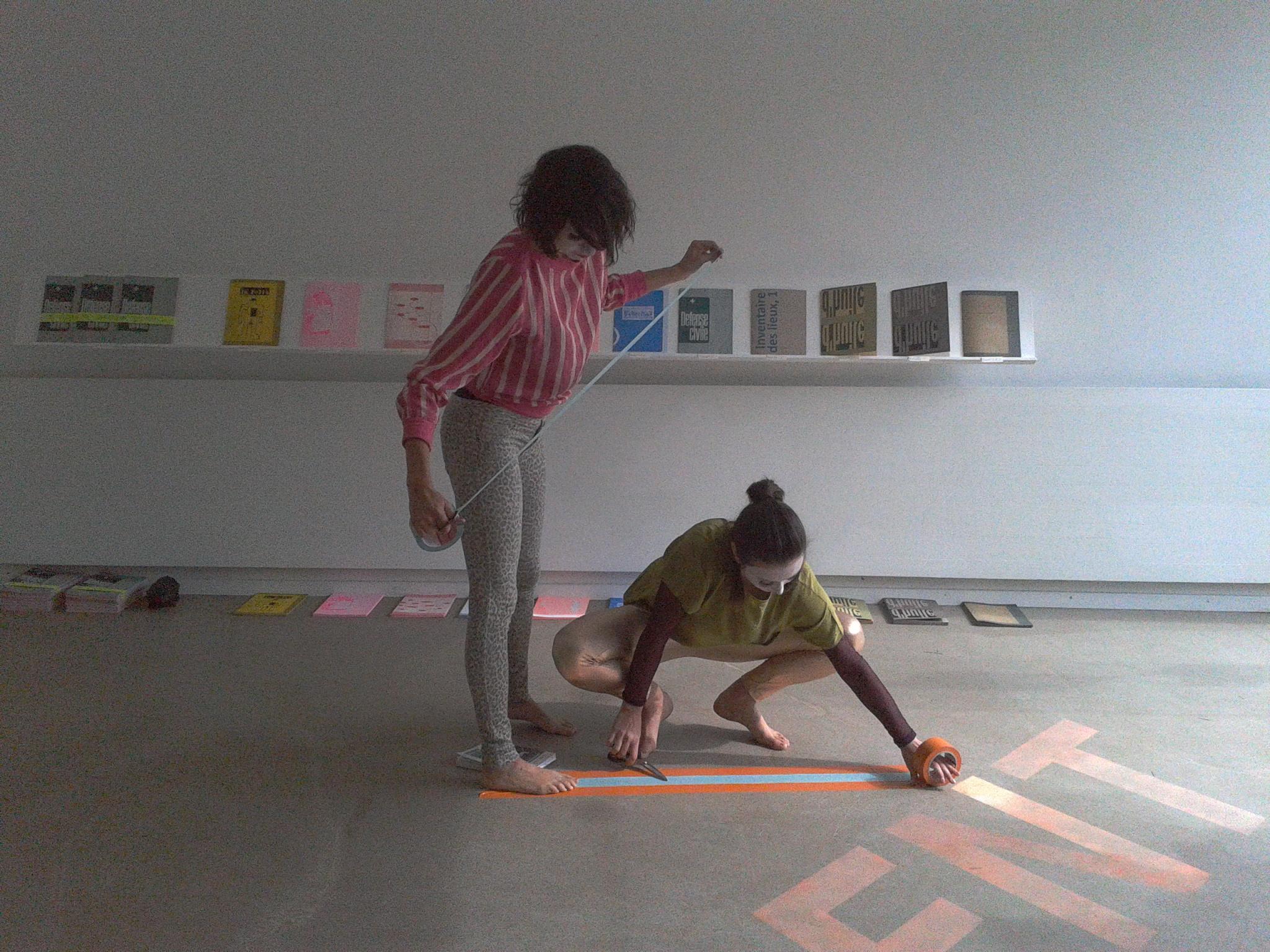 Anne Sylvie Henchoz, Chorégraphie en forme de cadre, perf  ormance'view Usine Kugler, Genève, 2013,collaboration with Charlotte Herzig.