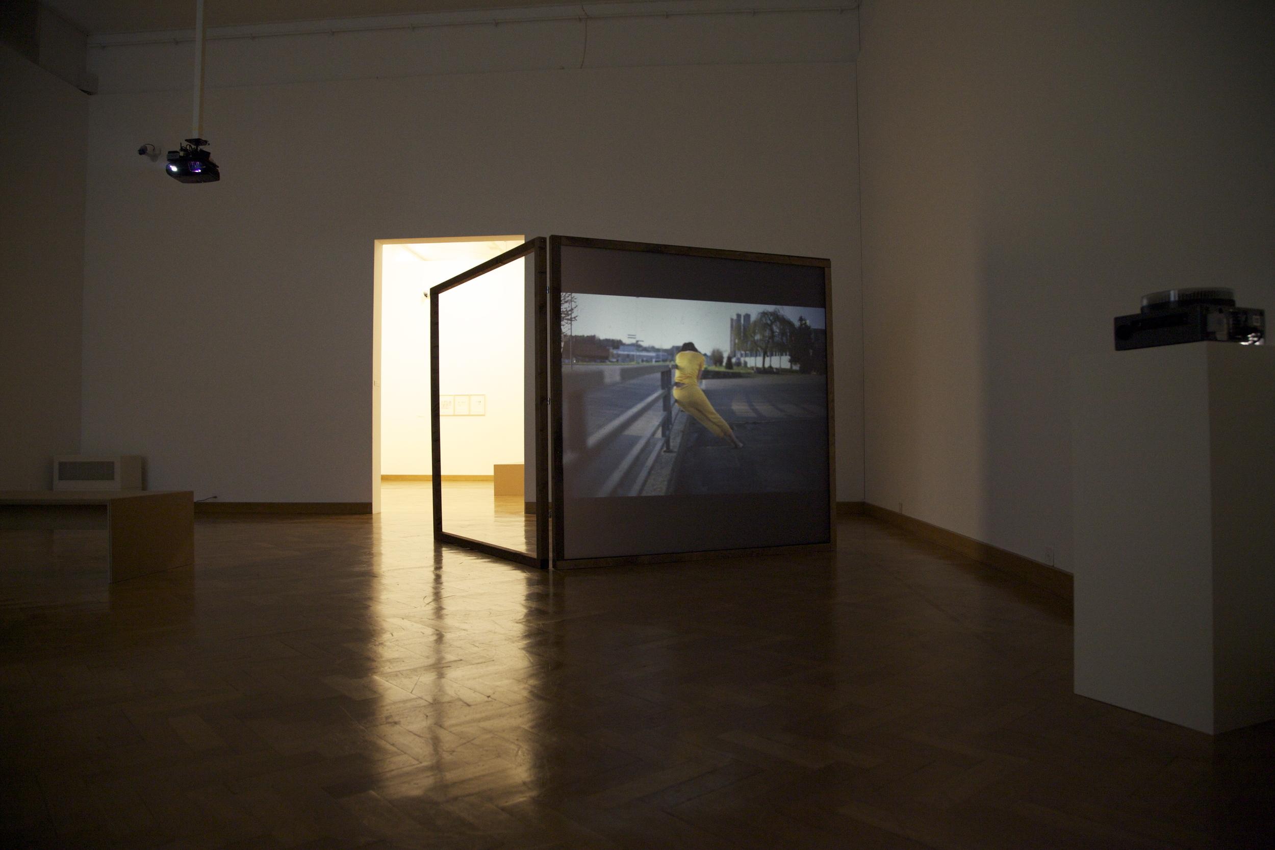 Anne Sylvie Henchoz, Conversation entre masses II, 2012, installation view, projection of slides on both sides screen, wooden structure of 186 x 186 cm.  Exhibition view Accrochage vaud 13, Musée des B  eaux-Arts, Lausanne, 2013.