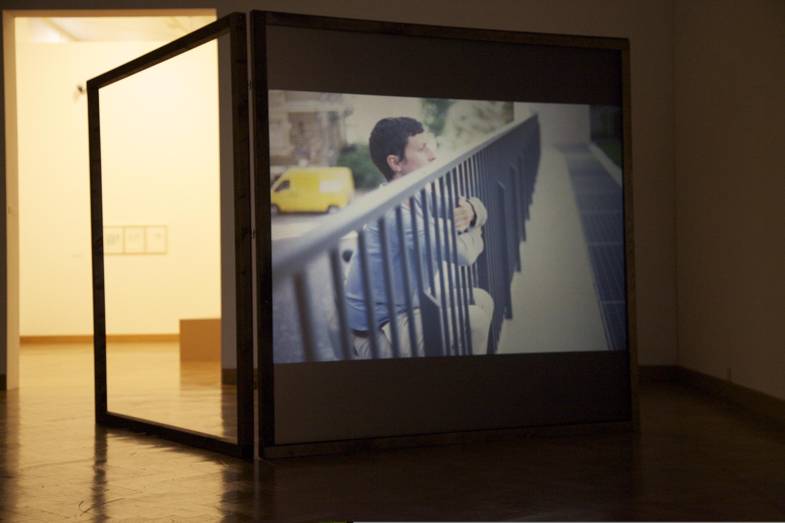 Anne Sylvie Henchoz, Conversation entre masses II, 2012, installation view, projection of slides on both sides screen, wooden structure of 186 x 186 cm.Exhibition view Accrochage vaud 13, Musée des B  eaux-Arts, Lausanne, 2013.
