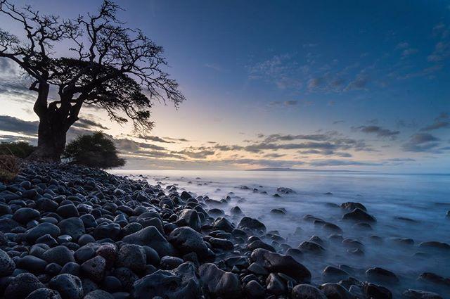 Hawaiian paradise. 🌅 • • #hawaiianparadise #hawaiisunset #oceansunset #oceanviews #landscapephoto #landscapephotography #sandiegophotographer #sandkaslimaging