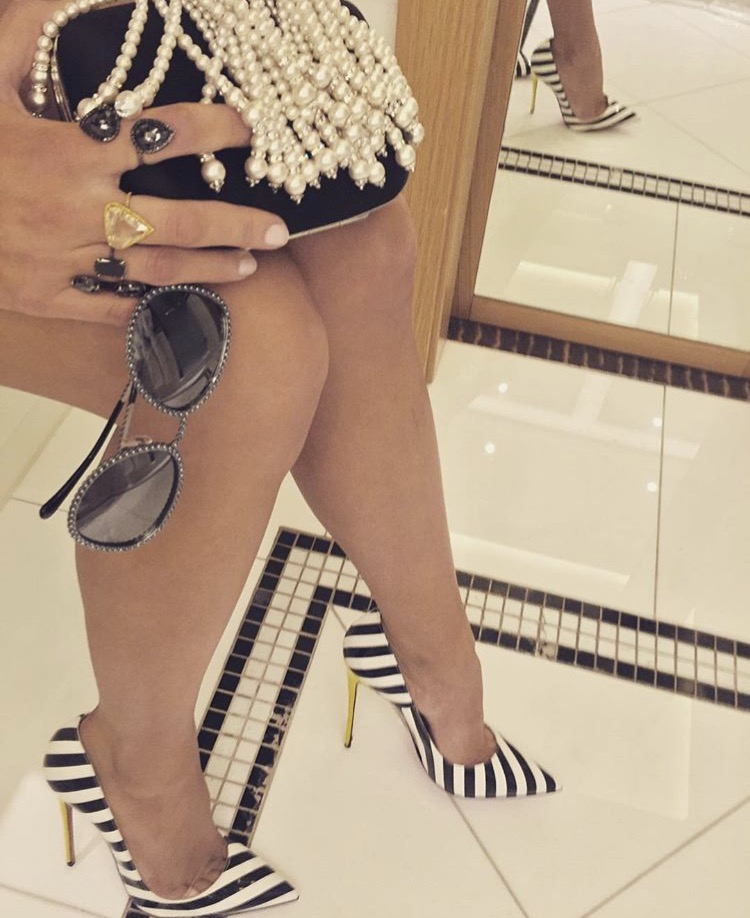 Shoes: @louboutinworld • Sunglasses: @chanelofficial•Clutch: @rogervivier •Jewelry: @ofirajewelz @lorrainschwartz