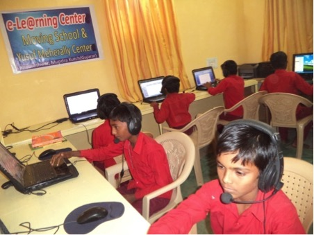 5 lapstop, 1 computer og en projector er flyttet fra IT skolen i Goa til hostel i Gujatar, så de større børn har mulighed for at forbindes til verden via internettet.