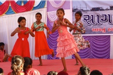 For 6 år i træk har MovingSchool børnene vundet 4 første præmier og 2 anden præmier i drama på stats niveau. I staten Gujarat bor der 6 mio. mennesker, så skolerne er meget stolte af denne præstation, og lærerne udmærker sig også ved optræden, folkemusik og sang – og er således med til at inspirere børnene. Goas Kultur Udvalg har inviteret MovingSchool børn til Goa d. 15. november 2016. Børnene skal optræde i 3 forskellige byer, og skal være i Goa i en uge.