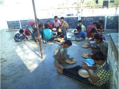 20 drenge bor på vores ´boy´s hostel´- der hjælpes til med madlavningen