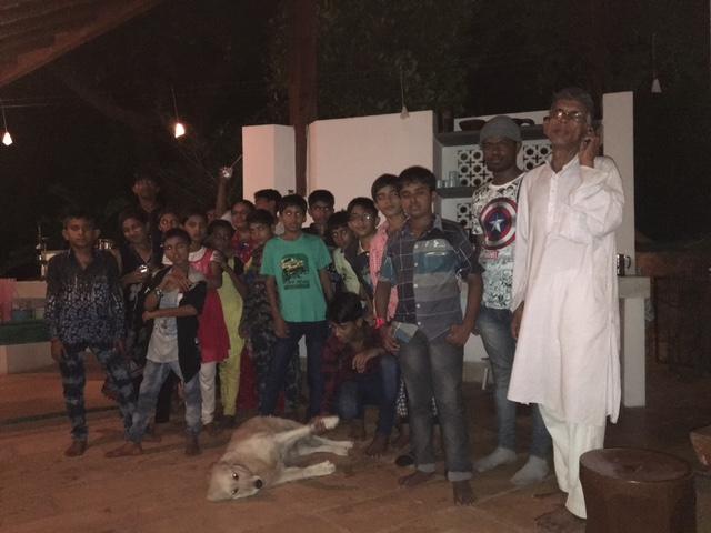 Inden børnene vendte hjem til Gujarat efter deres optræden i Goa holdt vi fest i Kiranpani, - der blev spillet bordtennis, leget med hundene, spist Unos skønne mad og underholdt med musik af Omkar, 16 år, der synger indisk klassisk. Der tages selfiér´og pjattes -i det hele taget virker disse børn fuldstændigt lige som alle andre frie, trygge og glade børn.