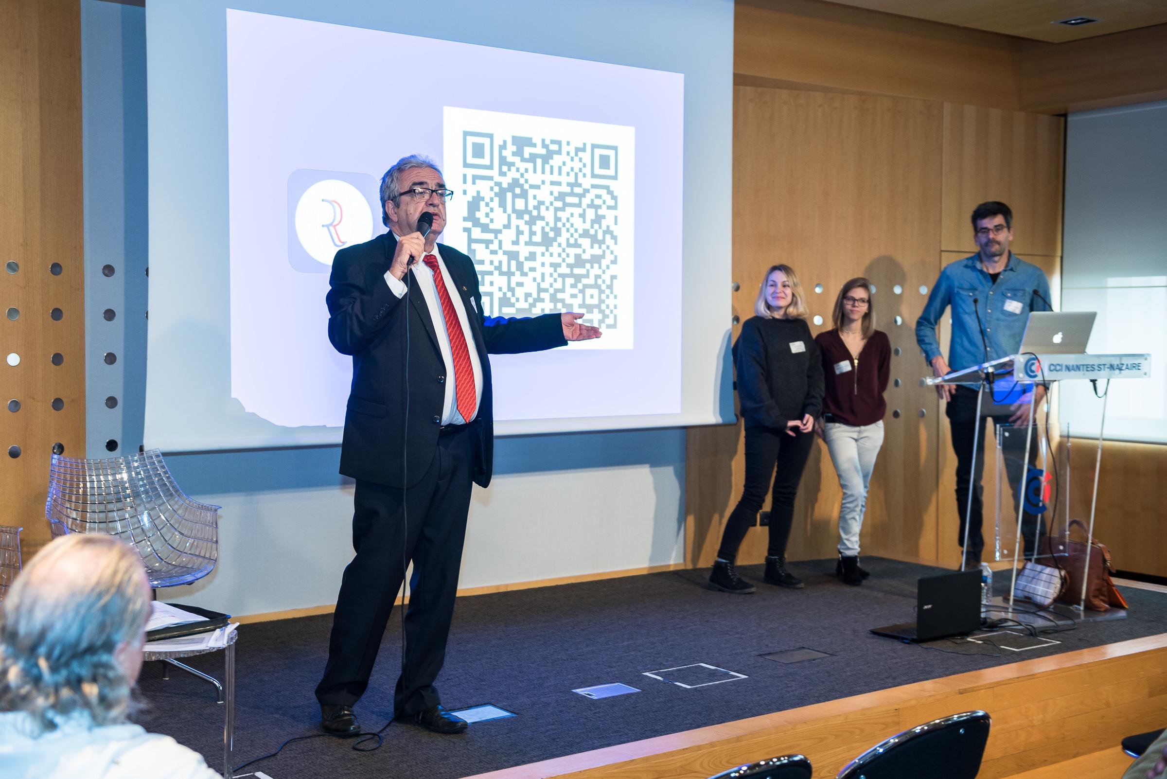 Francis Attrazic, président des MR introduit le projet de l'application présenté par Laura, Maryvéronique et Julian.