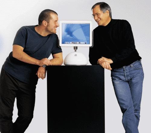 """Jony Ive et Steve Jobs autour de l'imac """"boule"""""""