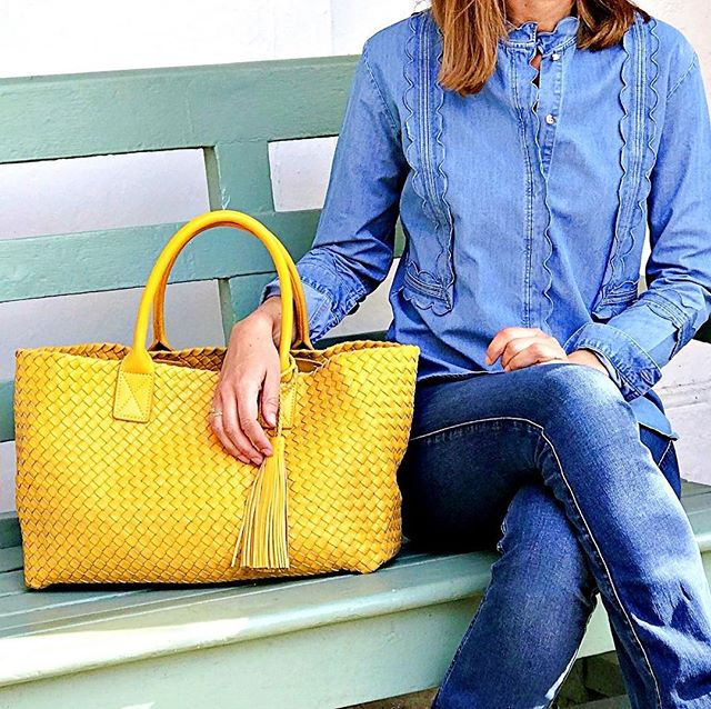 Yellow is such a fun colour for spring 💛 and looks fabulous with denim. British summer time starts tomorrow.  Don't forget to change your clocks!! ⏰ . #elbatote #funwithcolour  #london #lambskinbag #italianstyle #totebag #chelsea #kensington #knightsbridge #lotsmorecolours