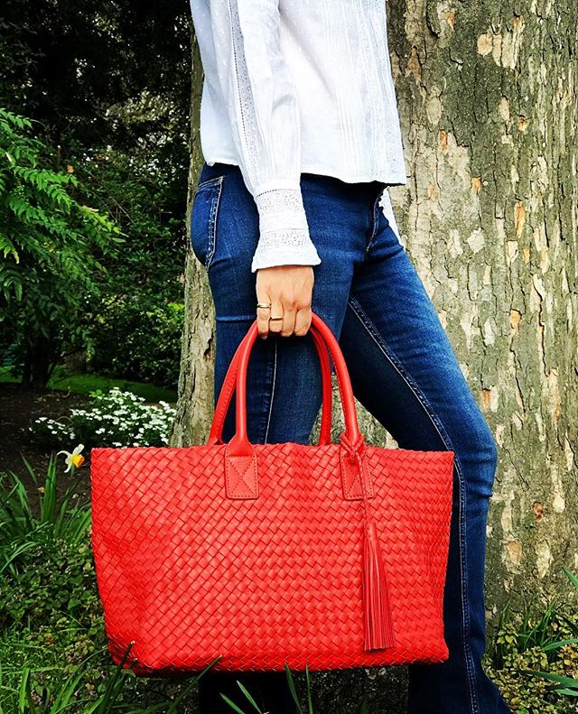 Who doesn't love a red tote?! 🍎. More styles coming very soon. 👀😘 . #elbatote #italianstyle #alissyalondon #red #lovecolour #lotsmorecolours #london