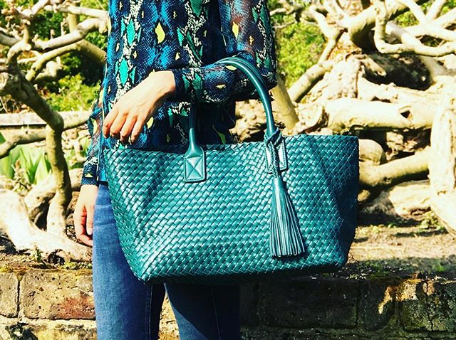 Teal is a fabulous colour for spring 🌿. The Elba lambskin tote is a perfect bag for travel, gym, beach, work or anytime actually! The new website is really coming soon.  So sorry for the delay. 😘 . . #alissyalondon #totebag #italianstyle #lotsmorecolours #chelsea #kensington #knightsbridge #teal #lambskin
