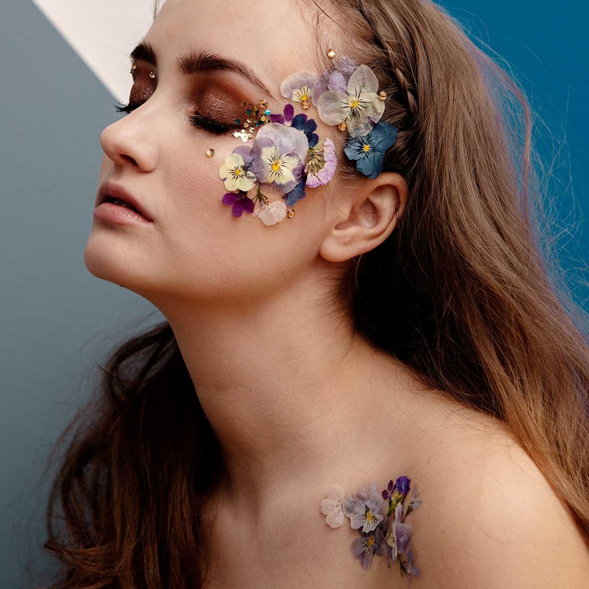 Face Florals - Etsitkö tapahtumaasi jotain uutta ja todella erikoista? Face Floralsit ovat aitoja prässättyjä kukkia, joilla saamme tehtyä käsittämättömän upeita luomuksia vieraittesi kasvoille. Näitäkin voi yhdistää gliltteriin :)Lisää infoa tai lookbookin voit tilata täältä!