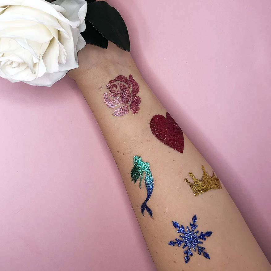 Glittertatuoinnit - Glittertatskat ovat todellinen lastenjuhlien hitti! Kauttamme voit tilata custom -tatuointisapluunat, jotka suunnittelemme ja toteutamme toiveittesi mukaisesti!Lisää infoa tai lookbookin tatuoinneista voit tilata täältä!