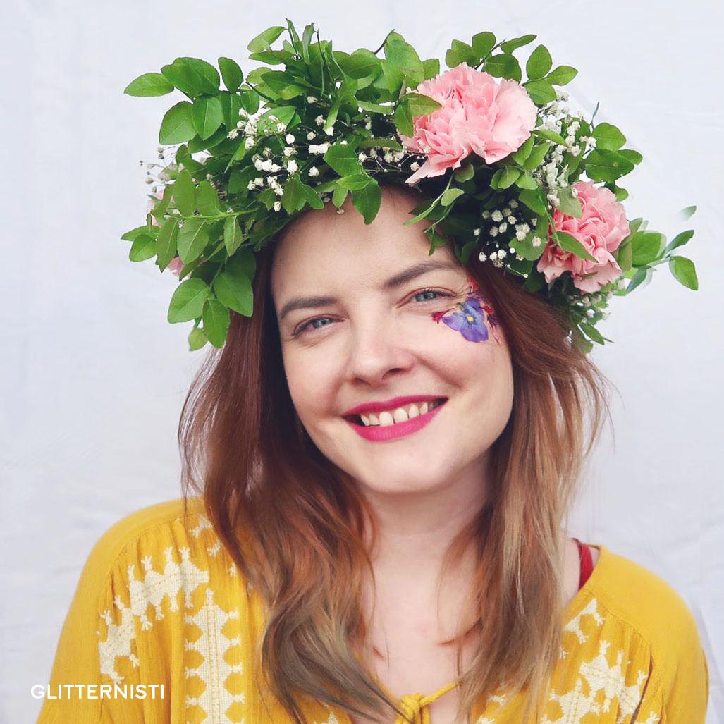 KUKKASEPPELEET & -WORKSHOP - Kesän 2019 uutuutena Glitternistiltä voi tilata juhliin tai tilaisuuteen myös kukkaseppeleitä tai kukkaseppele -workshopin. Voit tilata meiltä valmiit seppeleet tai pitää seppele -workshopin asiakasaktivointina tapahtumassasi.Kysy lisää ottamalla meihin yhteyttä!