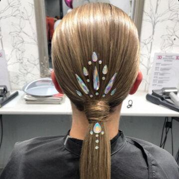 Mint Hair & Beauty    kiinnitti hiuksiin Glitternistin kasvotimantteja.