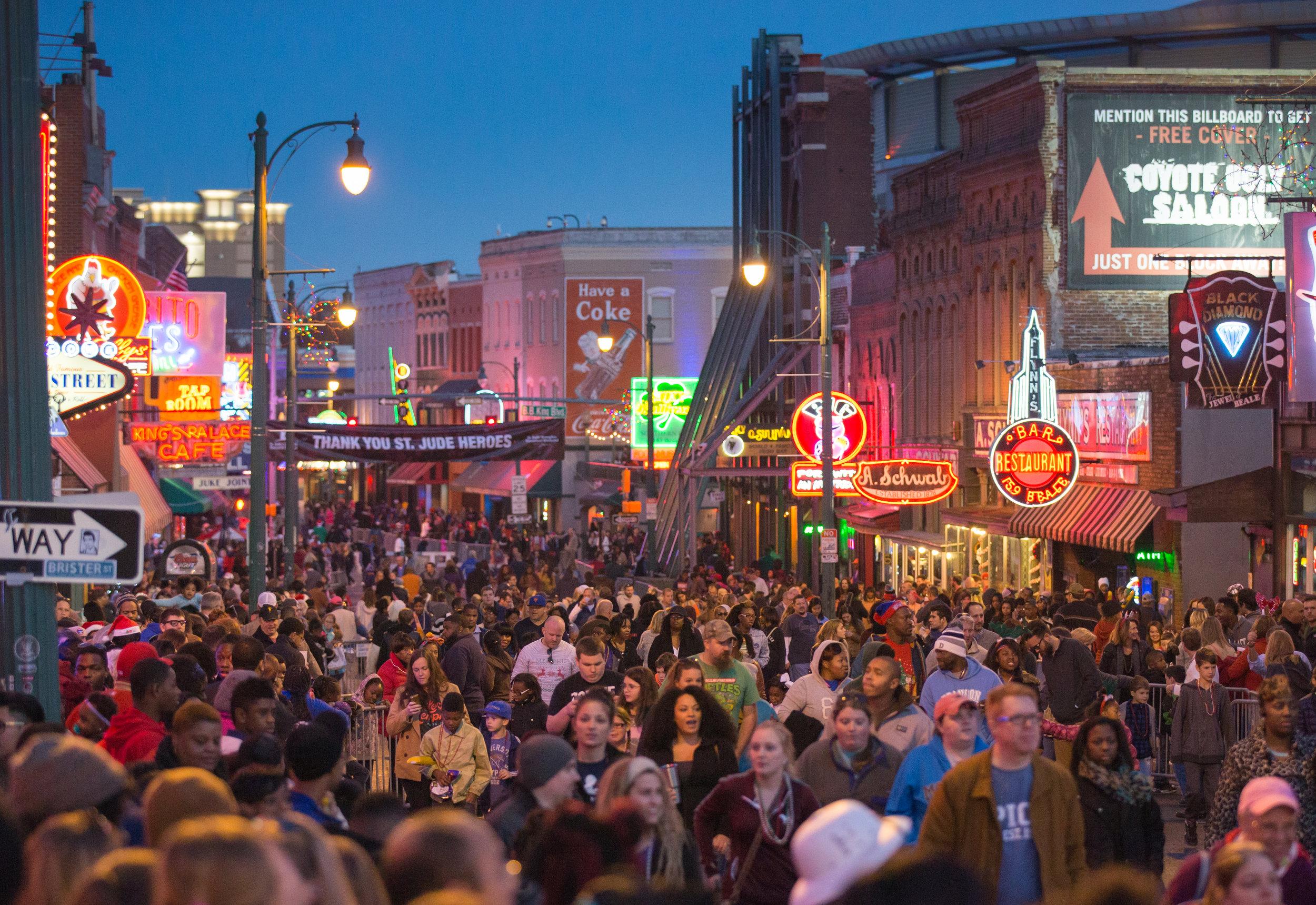 Packed_crowd_on_Beale_Street_S1BMM5_8JyzNOxYql8o1rHn.jpg