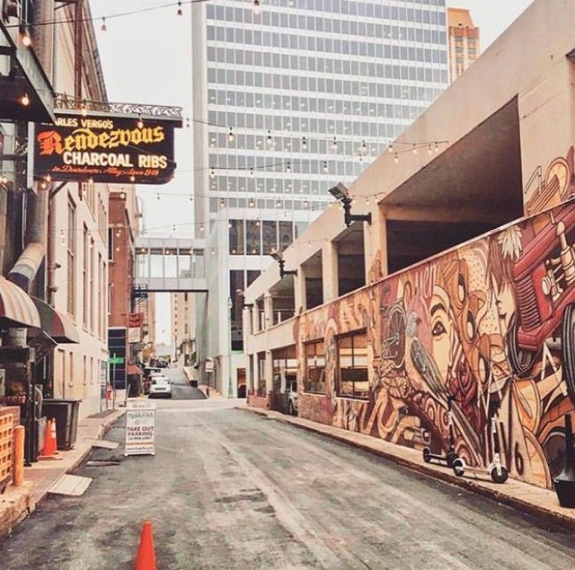 #regram @memphistravel . . A city full of street art and the best barbecue? #MustBeMemphis Photo: @miss_k_xoxo . . . . . #MustBeMemphis #Memphis #Travel #MemphisTravel #ILoveMemphis #TNVacation #travelcommunity #TravelBlogger #borntotravel #travelbucketlist #letsgoeverywhere #speachlessplaces #BealeStreet #Memphis #mytinyatlas #bluessoulrocknroll #foodie #soulfood #foodblogger #memphiseats #mysouthernliving #southerneats #memphisque #bbq