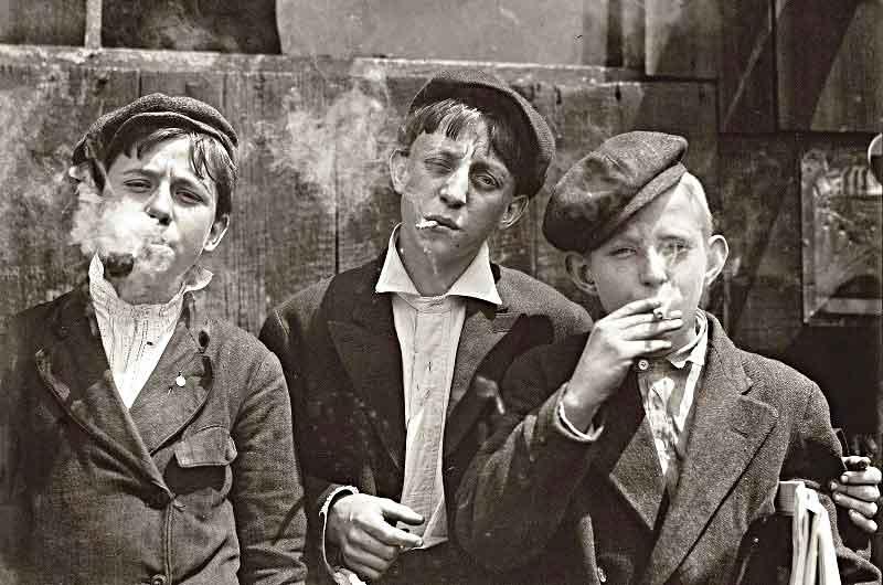 """Smoke 'em if you got 'em. Newsboys """"Saint Louey Moe"""" 1910"""